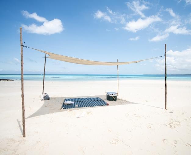 美しい熱帯のビーチの影の下で完璧な場所