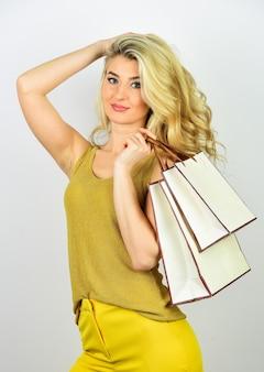 완벽한 구매. 성공적인 쇼핑 후. 정리 판매 개념입니다. 판매 및 할인. 소녀 온라인 쇼핑입니다. 여자는 휴일을 준비합니다. 구매에 대한 절약. 가방과 함께 섹시 한 여자입니다.
