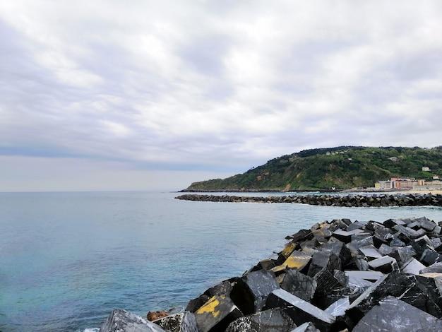 スペイン、サンセバスチャンリゾートタウンの熱帯のビーチの完璧な風景