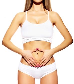 Идеальная чувственная спортивная девушка женского тела в белом белье
