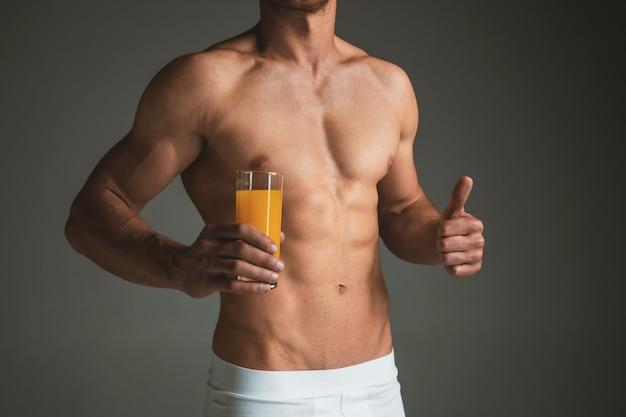 남자의 완벽한 날씬한 몸매 또는 회색 스튜디오에서 근육질 모델