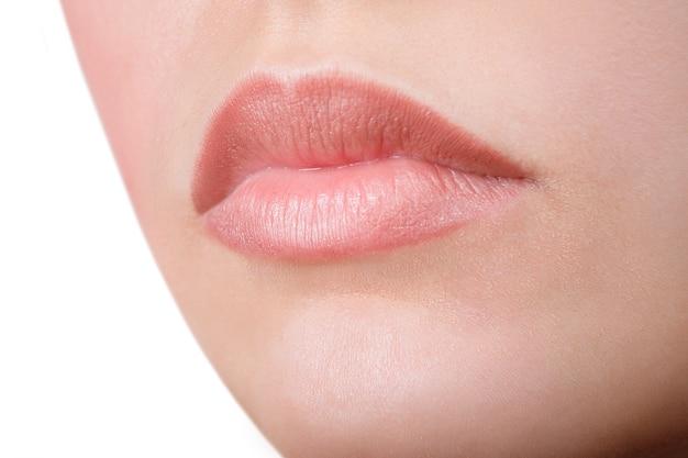 満面の笑み。美しいフルピンクの唇。ピンクの口紅。グロスリップ。メイクアップと化粧品