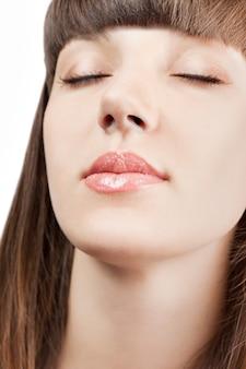 완벽한 미소. 완벽한 미소. 섹시한 입술. 뷰티 레드 립 메이크업 디테일. 아름 다운 메이크업 근접 촬영입니다. 관능적 인 열린 입. 립스틱이나 립글로스. 키스. 뷰티 모델 여자