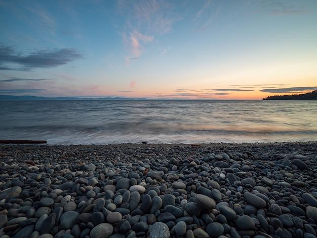 밴쿠버 섬, 브리티시 컬럼비아, 캐나다에서 일몰에 완벽한 매끄러운 바위 해변.