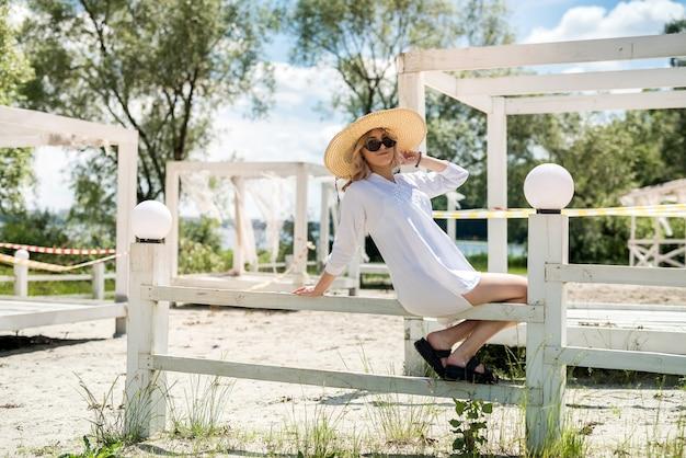 휴가를위한 완벽한 화창한 여름 날. 여자는 모래 해변 근처 휴식. 도시 생활