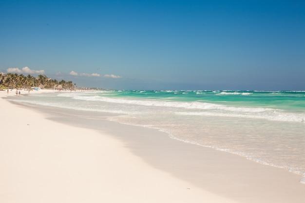 Идеальный тропический пляж с бирюзовой водой и пляжами с белым песком в тулуме, мексика