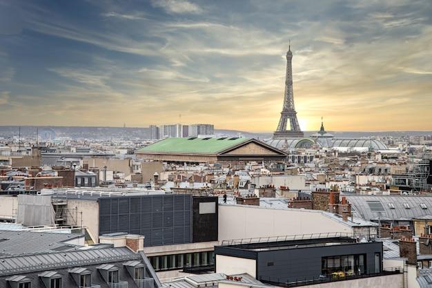 Прекрасный вид на эйфелеву башню с крыши на закате
