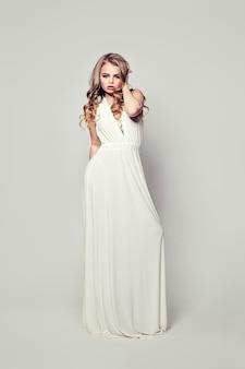 完璧な女性のファッションモデル。フルポートレート