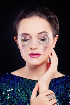 Идеальная женщина с художественным макияжем и блестящими тенями для век