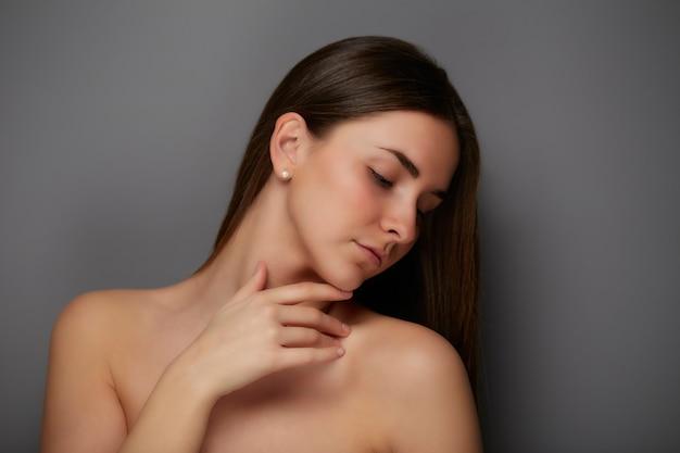 건강 한 피부를 가진 완벽 한 여자 초상화를 닫습니다. 자연미