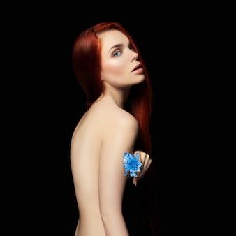 Сексуальная красивая рыжая девушка с длинными волосами perfect