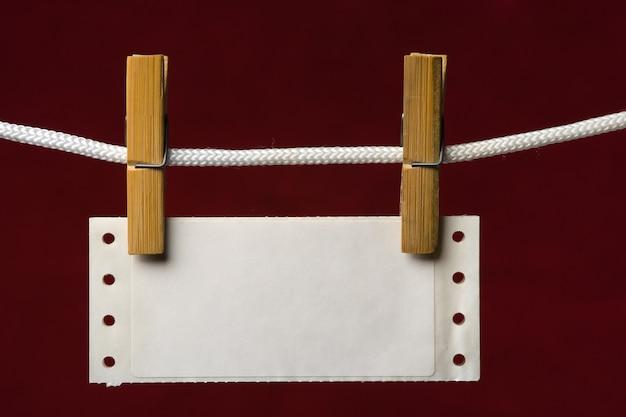 Перфорационная бумага прикрепляет прищепку к веревке на венозном фоне