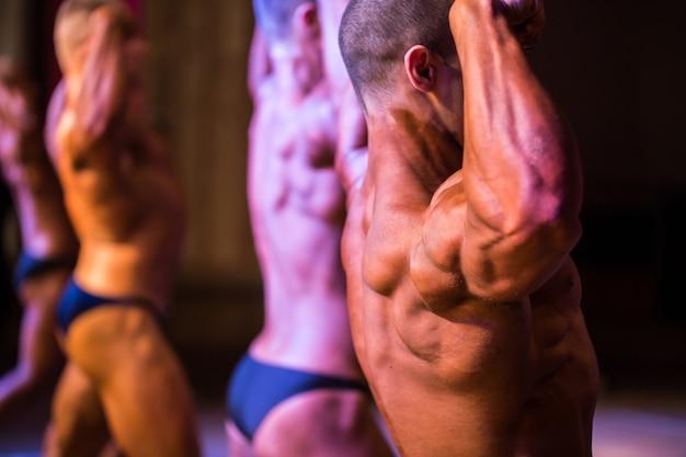 경쟁에 성능 운동 선수 보디입니다. 근접 촬영 뒤에서 팔뚝의 데모