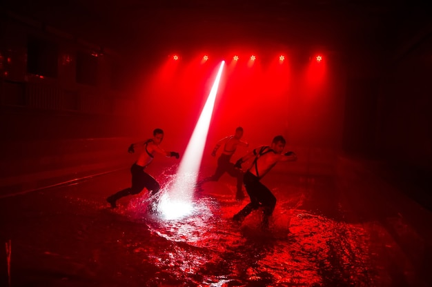 클럽 조명을 배경으로 댄스 그룹의 물 위에서 공연.