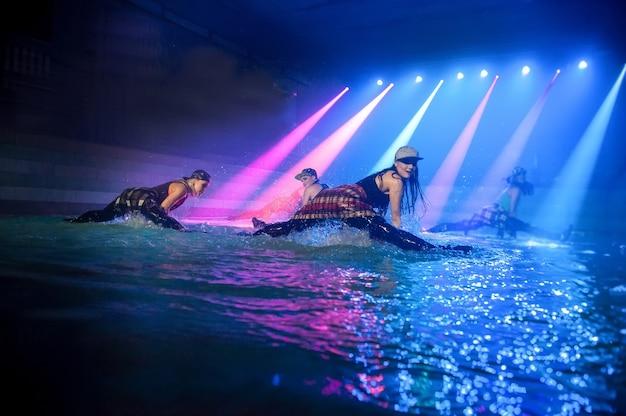 Выступление на воде танцевальной группы