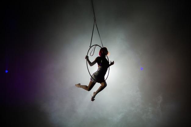 서커스 돔 아래 높이에서 예술가들의 공연