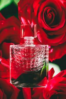 高級ギフト美容フラットレイ背景と化粧品広告としての香水と赤いバラの香水