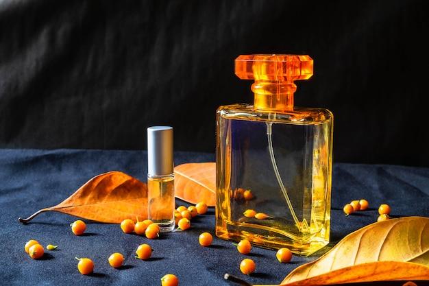 Бутылка духов и золотые духи на черном фоне