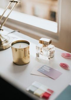 香水瓶和一根靠窗的蜡烛
