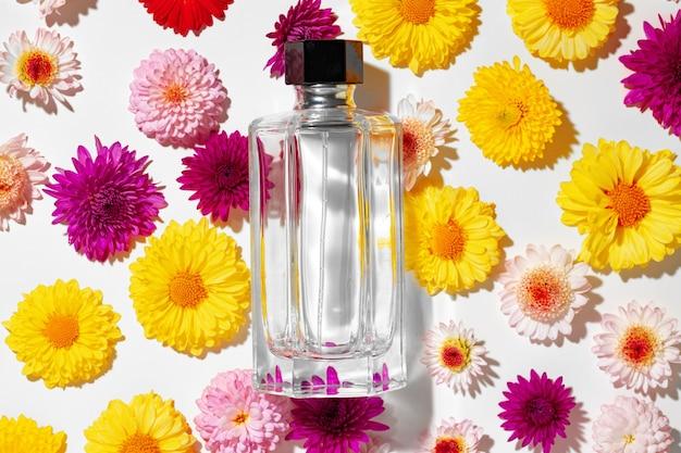 꽃 봉오리에있는 여성을위한 향수 병을 닫습니다.