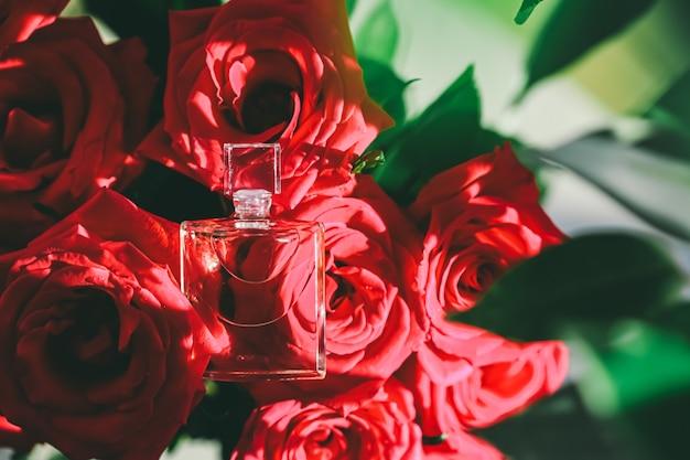 高級ギフト美容フラットレイ背景と化粧品広告として花の香水瓶の香水瓶