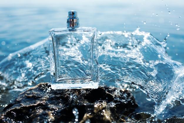水の飛散の香水瓶