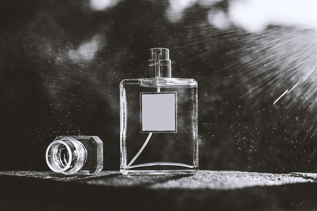 白と黒の香水瓶