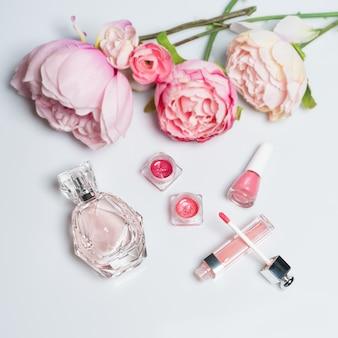 香水瓶、マニキュア、口紅。ファッション女性の静物