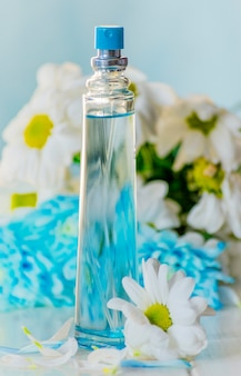 흰 꽃 옆에 향수병