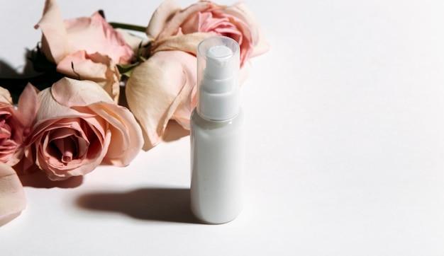 花の背景に香水瓶