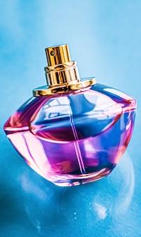 光沢のある背景の香水瓶甘い花の香りの魅力的な香りとホリダのようなオードパルファム...