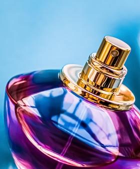 Флакон духов на глянцевом фоне сладкий цветочный аромат гламурных ароматов и парфюмированная вода как праздник ...