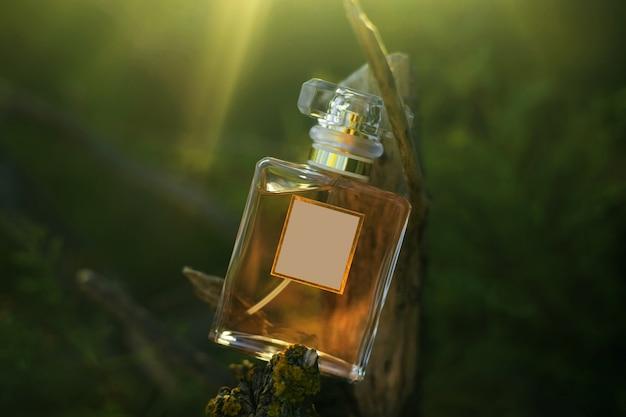 緑の自然の背景に香水瓶