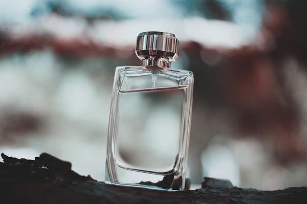 自然の中で香水瓶