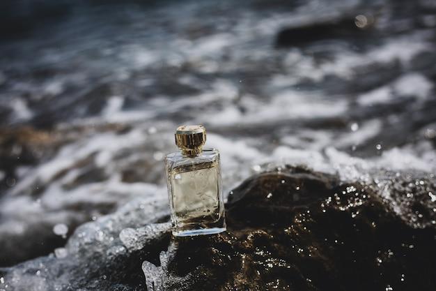 海の背景に香水瓶