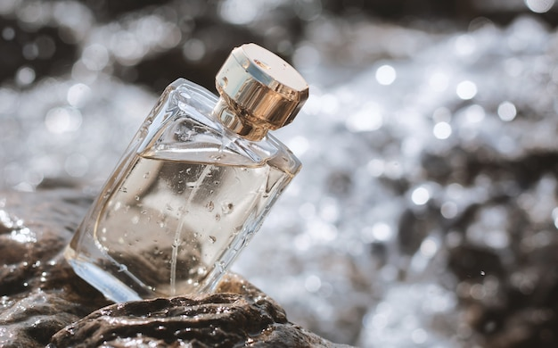 水の背景に香水瓶