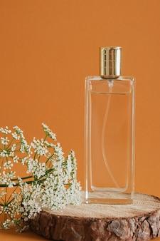 갈색 배경, 나무 연단 및 꽃에 나무 표면에 향수 병