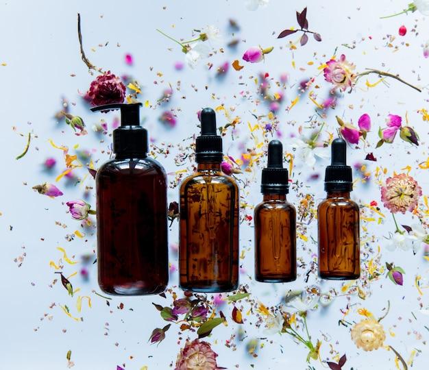 흰색 표면에 주위 향수 병 및 마른 꽃