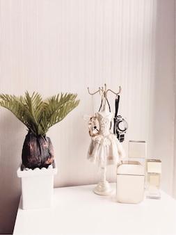 女性の化粧台の香水瓶