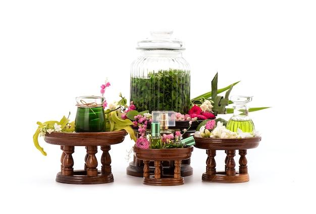 イランイランの花、バラ、ジャスミン、パンダナスグリーンの葉などの香りのよい花からの香水が分離されました。