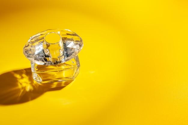 밝은 노란색에 향수 유리 병. 오드 뜨왈렛