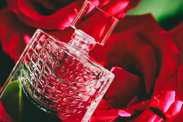 高級ギフトの美しさのフラットレイの背景と化粧品の広告としてのバラの香水の香水