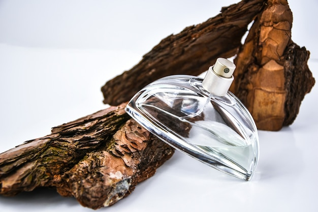 Духи в коре дерева с каплями воды.