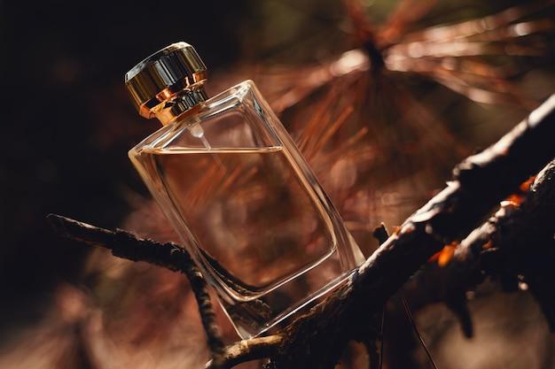 Духи на коричневом осеннем фоне