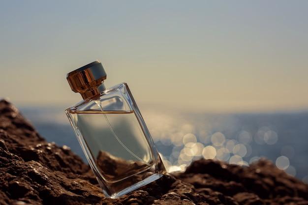 海を背景にした香水