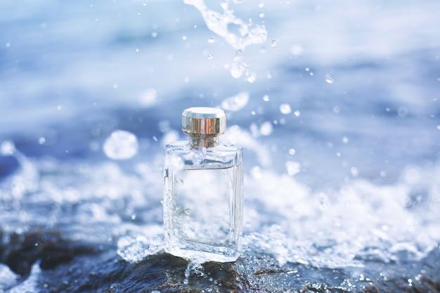 水の背景に香水