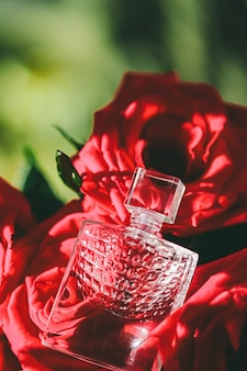 高級ギフト美容フラットレイ背景と化粧品広告としての香水バラと日光香水