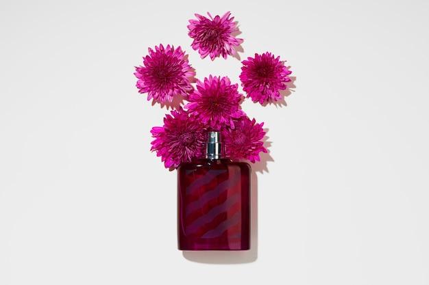 香水スプレーボトルと灰色の小さな花