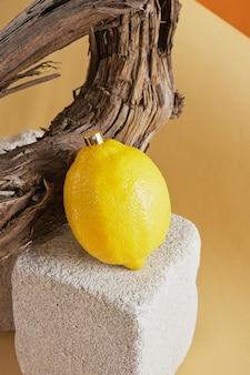 레몬 향 컨셉의 향수, 유목의 배경에 대해 콘크리트 연단에 향수를 뿌린 레몬