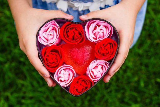 バレンタインデーの休日の装飾の赤い石鹸を準備するバラの形の香りの石鹸